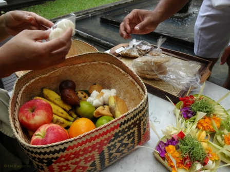 Bring a basket of Balinese treats and fruits to eat after making the offering, saying a prayer and visiting.